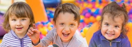 Deux petites filles et garçons de sourire adorables Portrait Enfant heureux Photographie stock libre de droits
