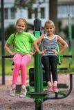 Deux petites filles exécutent des exercices gymnastiques dehors sport image stock