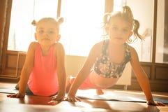 Deux petites filles faisant l'exercice ensemble Photo libre de droits