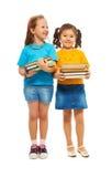 Deux filles intelligentes heureuses Image libre de droits