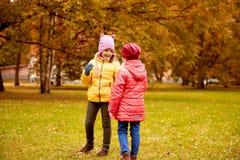 Deux petites filles heureuses en parc d'automne Photo libre de droits