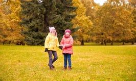 Deux petites filles heureuses en parc d'automne Photo stock