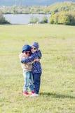 Deux petites filles heureuses sur l'herbe Image stock