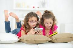 Deux petites filles jouant des jeux vidéo photos libres de droits