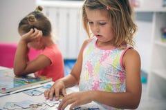 Deux petites filles jouant ensemble dans le terrain de jeu Image libre de droits