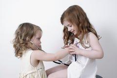 Deux petites filles jouant le docteur image stock