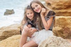 Deux petites filles jouant sur la plage Photo stock