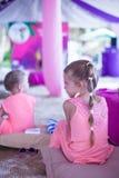 Deux petites filles à la plage tropicale à Philippines Photographie stock
