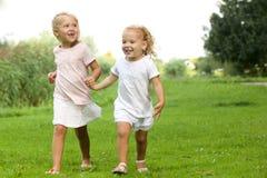 Deux petites filles marchant en parc Photos stock