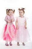 Deux petites filles - meilleurs amis sur le blanc Image stock