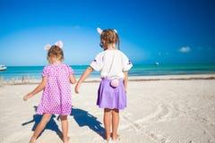 Deux petites filles mignonnes dans des oreilles de Pâques ont l'amusement dessus Image libre de droits