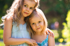 Deux petites filles mignonnes de embrassement dans la lumière du soleil Photos libres de droits