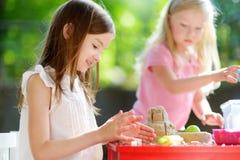Deux petites filles mignonnes jouant avec le sable cinétique Photos stock