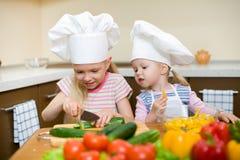 Deux petites filles préparant la nourriture saine sur la cuisine photo libre de droits