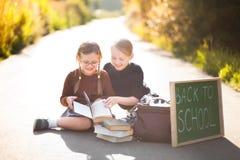 Deux petites filles prêtes de nouveau à l'école Photographie stock