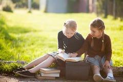 Deux petites filles prêtes de nouveau à l'école Image stock