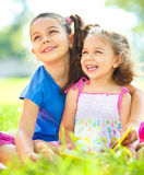 Deux petites filles sont des livres de lecture photos stock