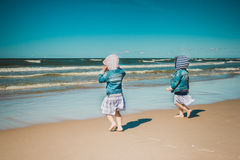Deux petites filles vont à la mer Photo libre de droits