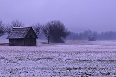 Deux petites granges un jour pleuvant brumeux photographie stock
