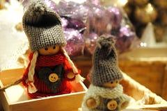 Deux petites poupées avec le chapeau et les tresses gris Images stock