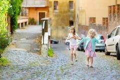 Deux petites soeurs adorables ayant l'amusement ensemble le jour chaud et ensoleillé d'été Photo libre de droits