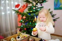 Deux petites soeurs adorables décorant un arbre de Noël Image libre de droits