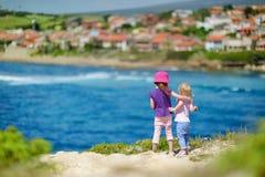 Deux petites soeurs appréciant une vue Photographie stock libre de droits