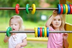 Deux petites soeurs apprenant à compter Image stock