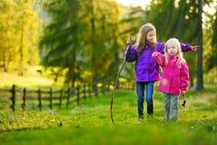Deux petites soeurs drôles ayant l'amusement pendant la hausse de forêt le beau jour d'automne dans les Alpes italiens Photos libres de droits