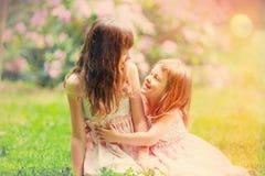 Deux petites soeurs ont un amusement Photo stock