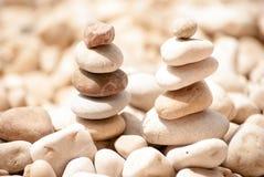 Deux petites tours de zen de cinq pierres sur Pebble Beach Photos libres de droits