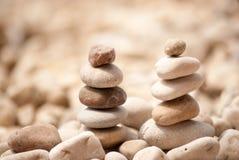 Deux petites tours de zen sur Pebble Beach Images stock
