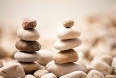 Deux petites tours de zen sur Pebble Beach avec la mer à l'arrière-plan Images stock