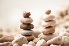 Deux petites tours de zen sur Pebble Beach avec la mer à l'arrière-plan Photographie stock libre de droits