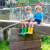 Deux petits amis adorables pêchant avec la tige selfmade Images stock