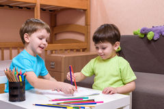 Deux petits amis caucasiens jouant avec un bon nombre de blocs en plastique colorés d'intérieur Garçons actifs d'enfant, enfants  Photos libres de droits