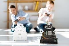 Deux petits amis conduisant une course de robot Photos stock