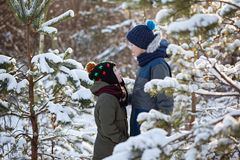 Deux petits amis s'étreignent dans le jour d'hiver neigeux Amour de frère Amitié de concept photo stock