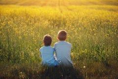 Deux petits amis s'étreignent l'été de coucher du soleil Amour de frère Amitié de concept blanc d'isolement de vue arrière Photos libres de droits