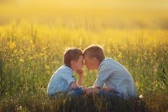 Deux petits amis se regardent l'été de coucher du soleil Amour de frère Amitié de concept Vue de côté Photographie stock