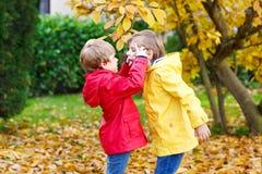 Deux petits automnes de garçons de meilleurs amis et d'enfants se garent en Cl coloré Images stock