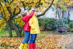 Deux petits automnes de garçons de meilleurs amis et d'enfants se garent en Cl coloré Image stock