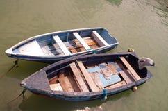 Deux petits bateaux de pêche en bois simples attachés dedans Photo stock