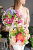 Deux petits beaux bouquets des fleurs mélangées chez la main de la femme Concept floral de boutique Beau bouquet coup? frais Fleu photographie stock