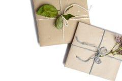 Deux petits cadeaux enveloppés en papier écologique, blanc d'isolement avec l'espace pour l'écriture des textes image stock