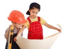 Deux petits constructeurs avec des modèles Image stock