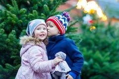 Deux petits enfants étreignant sur le marché de Noël Photo stock