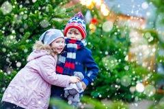 Deux petits enfants étreignant sur le marché de Noël Photographie stock