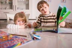 Deux petits enfants apprenant et jouant photos libres de droits