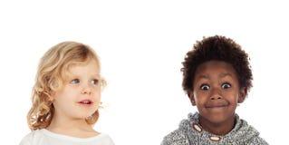 Deux petits enfants couvrant leurs bouches image libre de droits
